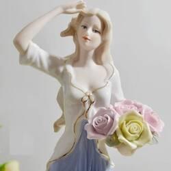 """Статуэтка """"Девушка с цветами"""""""